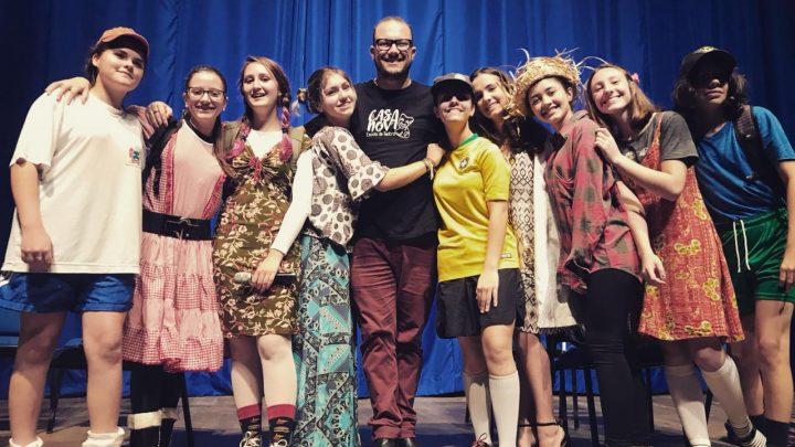 Noite Cultural EJA homenageia estudantes e professores no centro de eventos em Chapecó