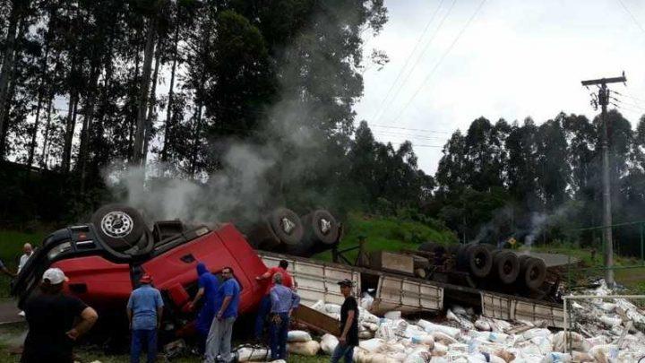 Motorista morre em tombamento de carreta na SC-156 em Lageado Grande
