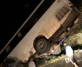 Ônibus fica pendurado na Serra do Rio do Rastro após perder o freio