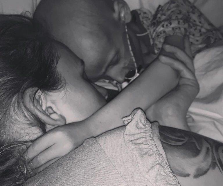 Menino de 5 anos pede desculpas a mãe ao morrer de câncer