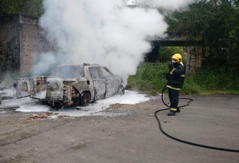 Homem é amarrado e deixado dentro de carro em chamas em Blumenau