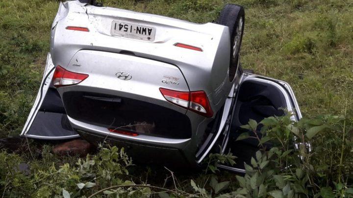 Motorista desvia de buraco, e capota veículo em Palmitos