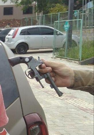 Adolescente de 16 anos é detido com revólver .32 no Centro de Chapecó