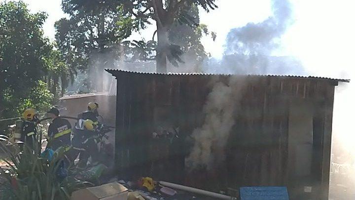 Casa de madeira é parcialmente destruída pelo fogo no Parque das Palmeiras
