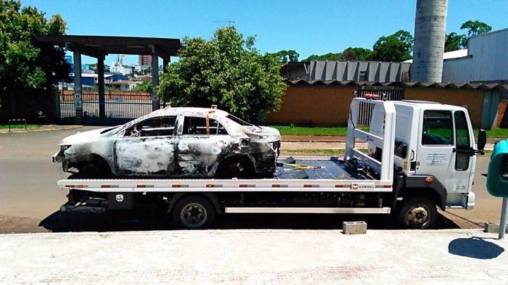 Veículo roubado é encontrado todo queimado no interior de Chapecó