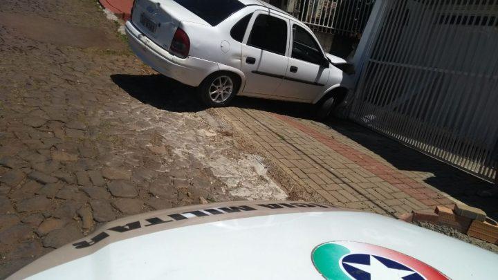Homem embriagado colide em portão de garagem no Passo dos Fortes