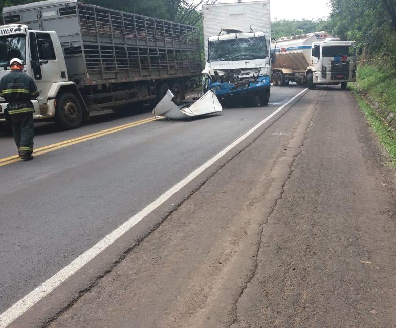 Dois caminhões colidem na BR-282 e motorista e passageiro ficam feridos
