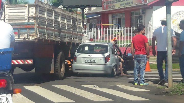 Colisão entre carro e caminhão no Centro de Chapecó