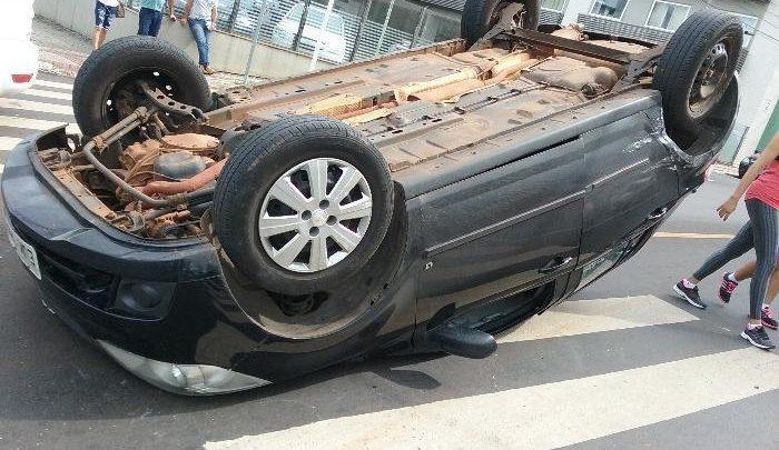 Veículo capota após colisão na Avenida Getúlio Vargas