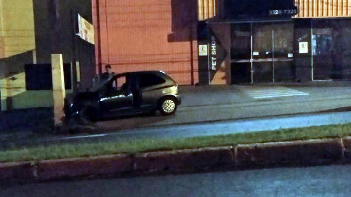 Mulher fica ferida após colidir veículo em poste na Avenida São Pedro