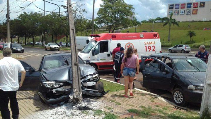 Colisão na Avenida Getúlio Vargas deixa mulher e criança feridas