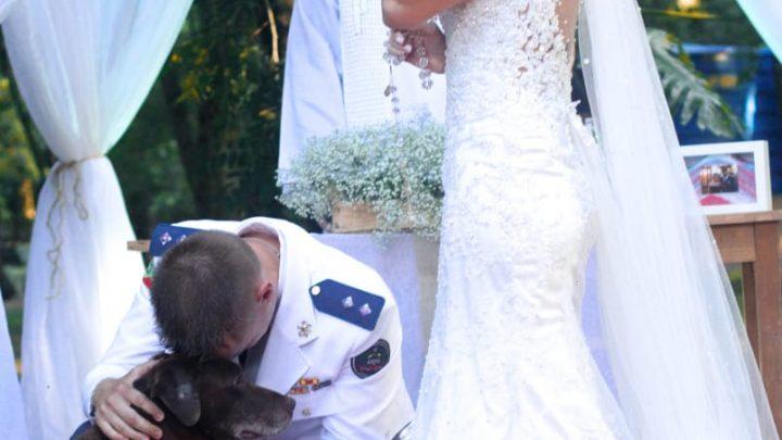 Cão leva as alianças e chama a atenção em casamento militar realizado em Xanxerê