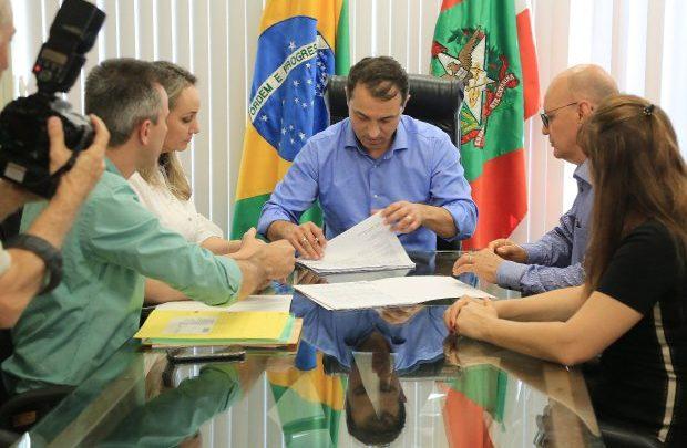Governador Moisés assina nomeação de mil professores efetivos para a rede estadual