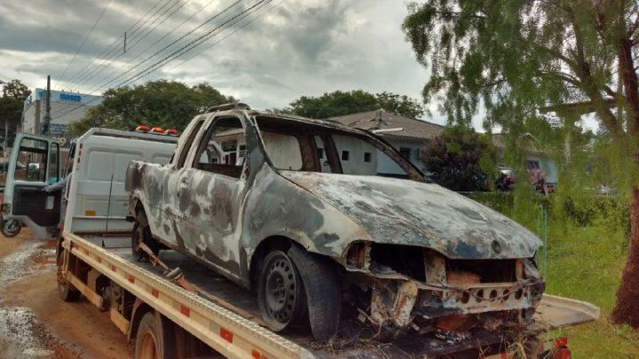 Veículo com registro de furto é encontrado totalmente queimado no interior de Chapecó