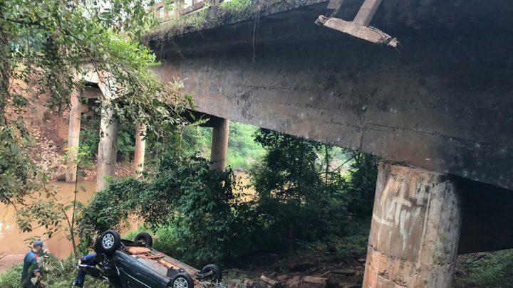 Veículo despenca da ponte do rio Ariranha em Seara