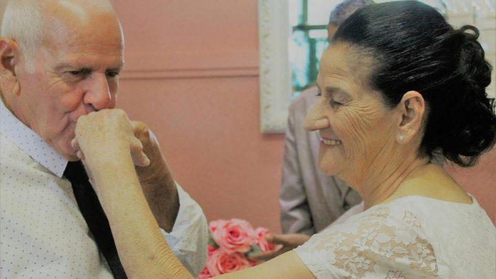 Casal de idosos que se conheceu pelo Tinder oficializa união: 'Mandei um like e ele curtiu', diz noiva