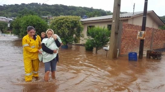 Chuva forte alaga ruas, inunda casas e deixa famílias desabrigadas no Oeste de SC