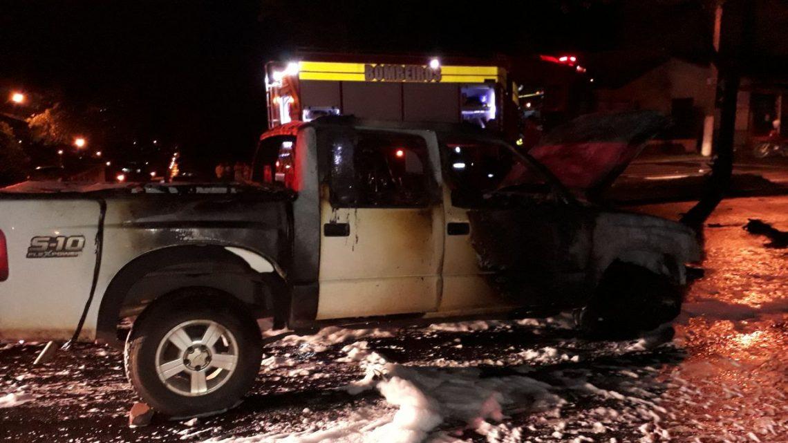 Camioneta e moto pegam fogo após colisão em Chapecó