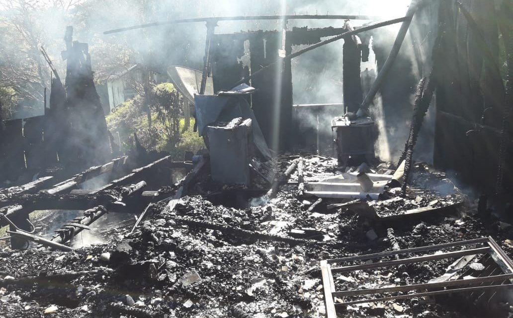 Residência é destruída pelas chamas em Caibi