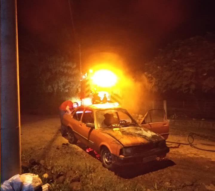 Veículo é destruído pelo fogo em Palmitos