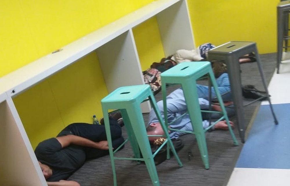 Passageiros dormem no chão de aeroporto após voo ser cancelado de Florianópolis para Chapecó