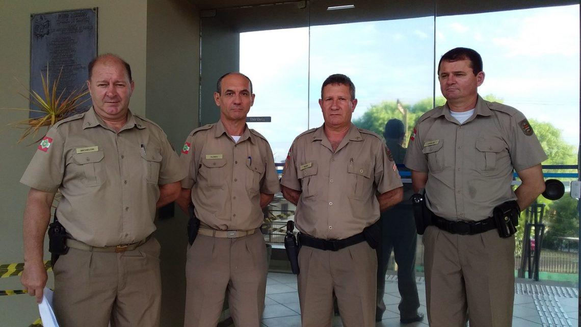 Policiais do fórum de Chapecó impedem furto em carro estacionado na rua