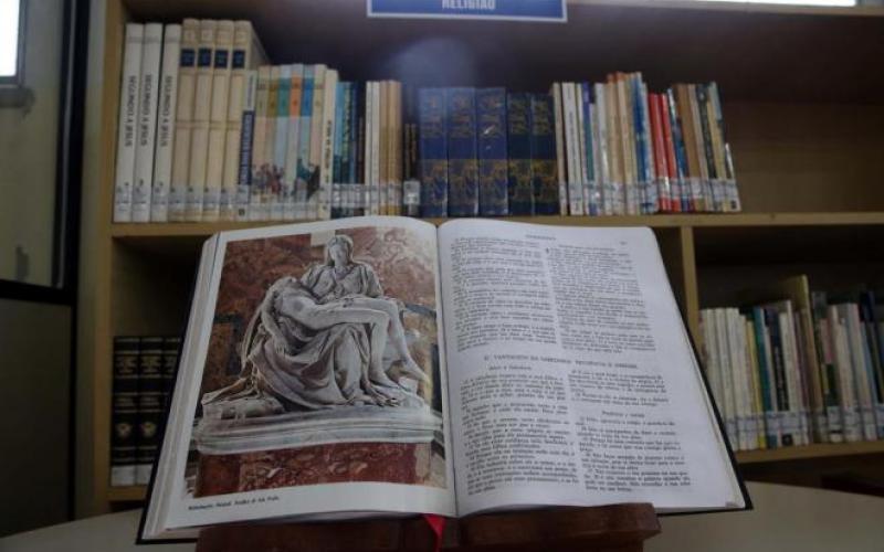 Projeto de lei quer tornar obrigatória leitura da Bíblia antes das aulas em escolas