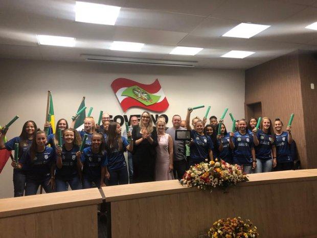 Time premiado de futebol feminino da escola Lourdes Lago de Chapecó recebe homenagem do Estado