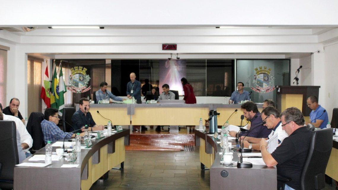 Vereadores aprovam projeto que autoriza estacionamento gratuito em frente a farmácias em Chapecó