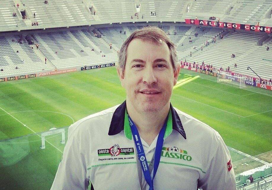 Jornalista Rafael Henzel, sobrevivente da tragédia da Chape, morre depois sofrer um infarto durante jogo futebol