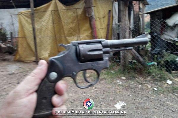 Homem é preso por porte ilegal de arma de fogo