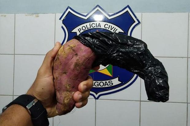 Homem é preso após usar uma batata-doce para simular arma em assalto