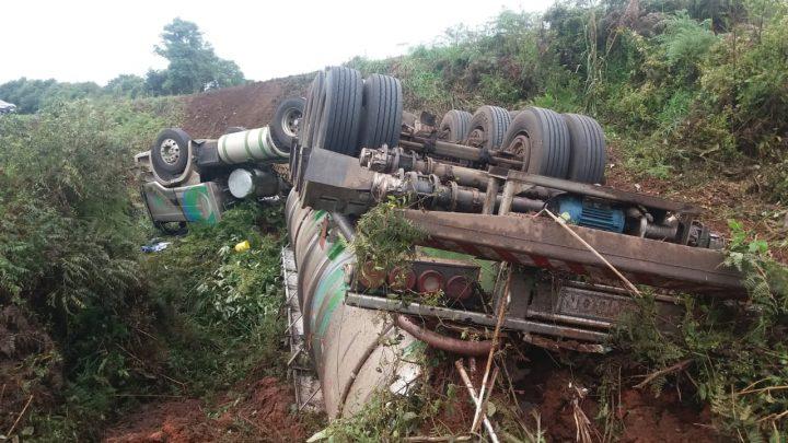 Carreta carregada com formol tomba e despenca em barranco na BR-282 em Xanxerê