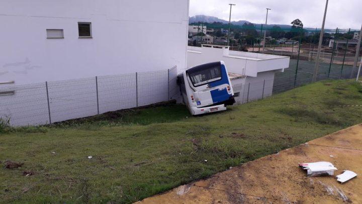 Ônibus desgovernado destrói parte de empresa e bate em outros veículos