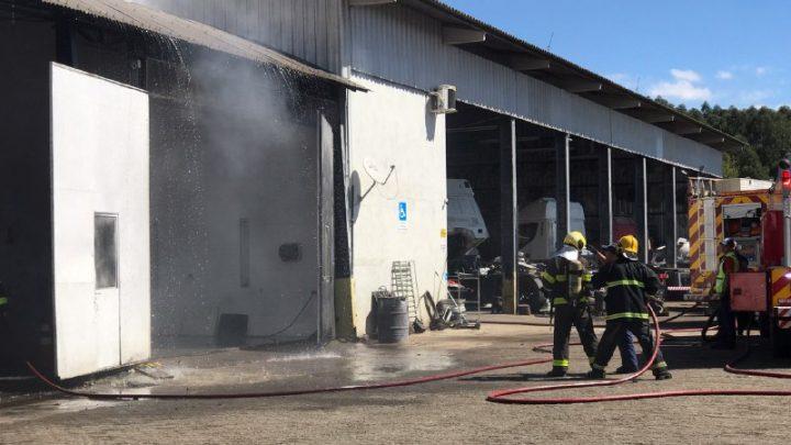 Incêndio atinge barracão de empresa no bairro Belvedere em Chapecó