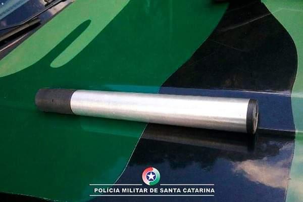 """Polícia Ambiental prende homem por posse ilegal de arma rifle calibre .22 com """"silenciador"""" no interior de Chapecó"""