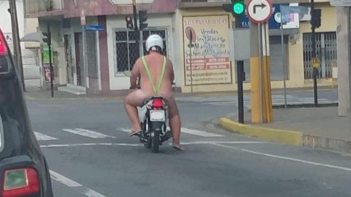 Homem é flagrado pilotando moto vestindo tanga
