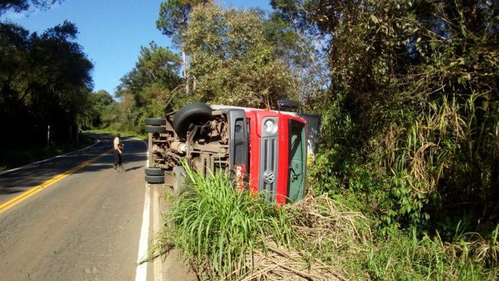 Caminhão carregado com papel higiênico tomba na SC 283 em Seara