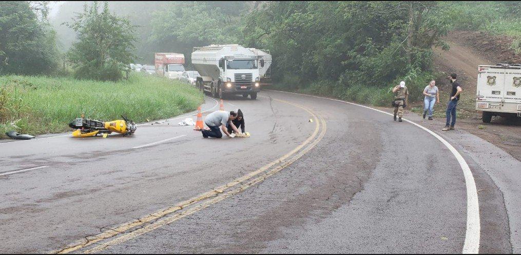 Homem morre em colisão de moto e caminhão na SC 386 em Mondaí
