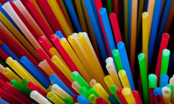 Sancionada em SC lei que proíbe uso de canudinhos plásticos em casas comerciais