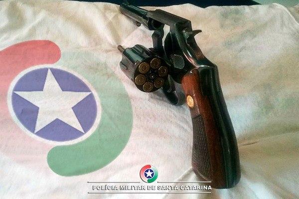 Homem é preso por porte ilegal de arma de fogo e ameaça contra sua esposa no centro de Chapecó