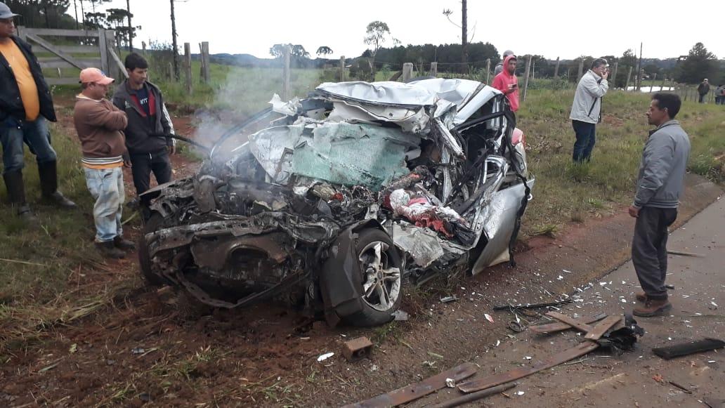 Acidente grave entre veículo e caminhão de madeiras deixa quatro pessoas mortas na SC-135