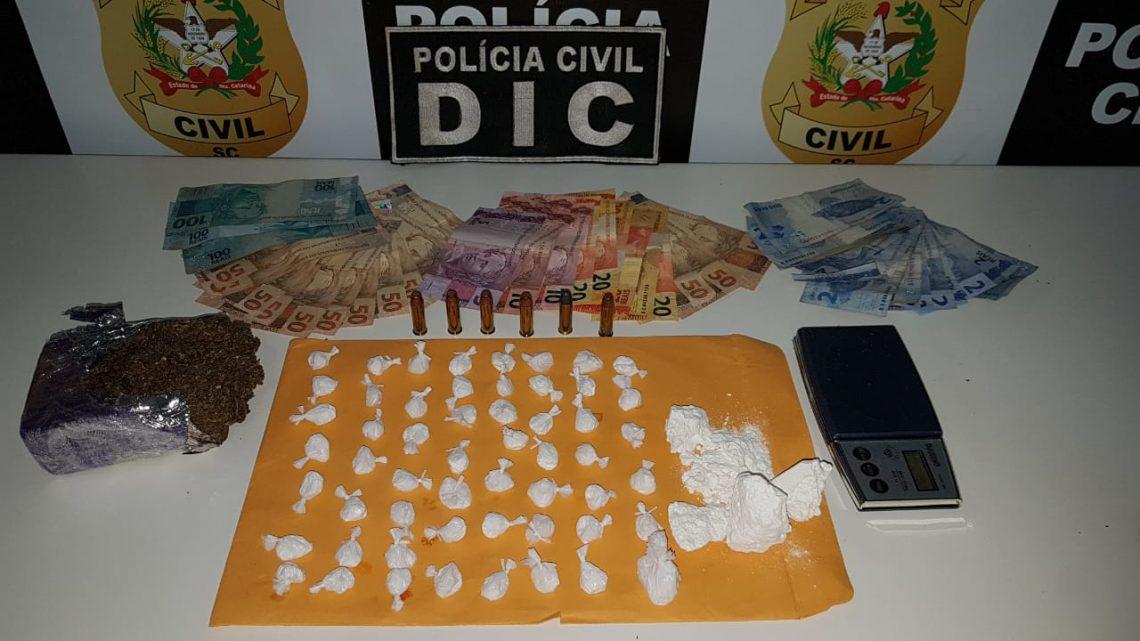 """Polícia Civil deflagra """"Operação Raio"""" em Chapecó e prende seis pessoas por tráfico de drogas e porte de armas de fogo"""