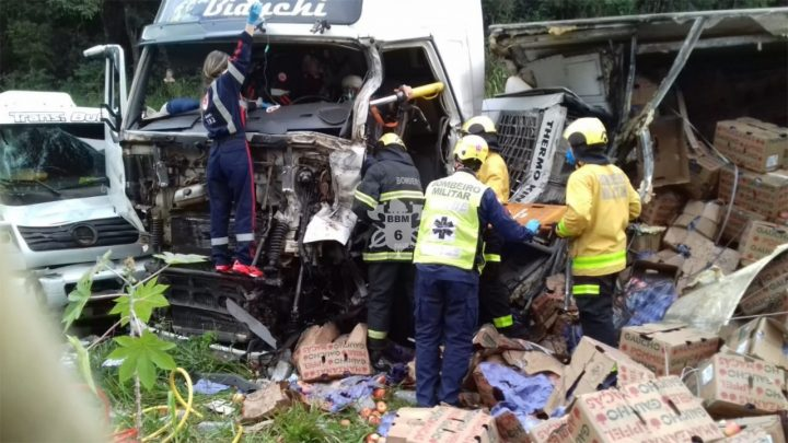 Acidente no contorno viário Oeste de Chapecó envolve três caminhões