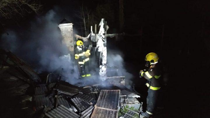 Casa é totalmente destruída pelo fogo em Chapecó