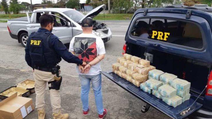 Homem é preso com 2,5 milhões de reais que estava trazendo para SC