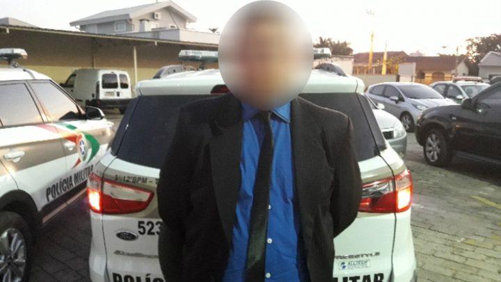 Condenado por estupro de vulnerável é preso em concurso de beleza infantojuvenil em SC