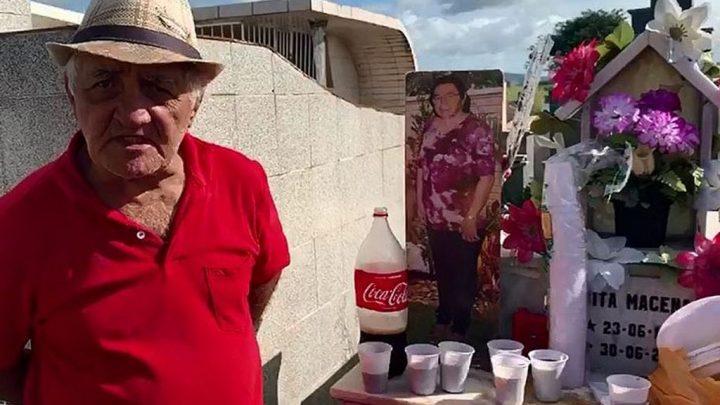 Viúvo reúne amigos e parentes para festejar aniversário de esposa em cemitério