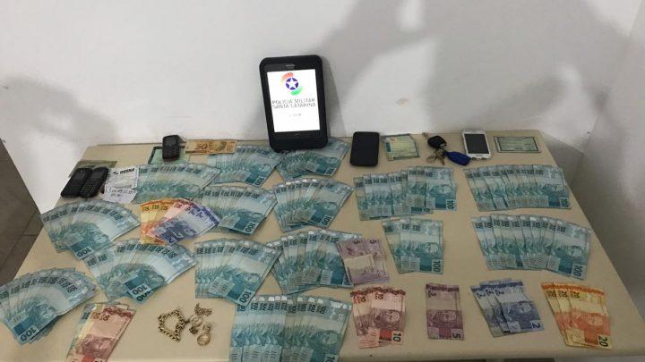 """Quadrilha especializada em golpe do """"bilhete premiado"""" é presa em Chapecó com mais de 10 mil reais e jóias"""
