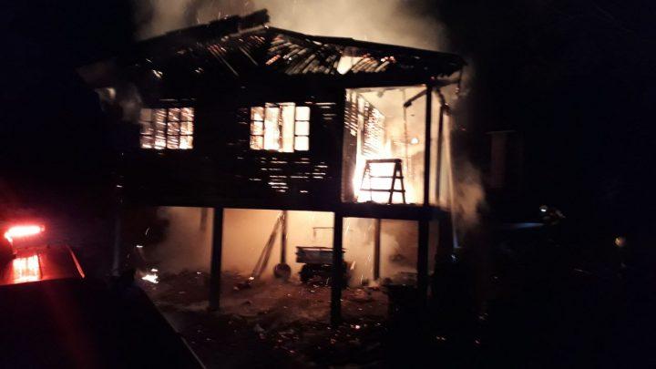 Casa e carreta agrícola são destruídas pelo fogo no Faxinal dos Rosas